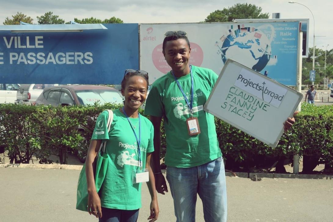マダガスカルの到着指定空港でボランティアの到着を待つプロジェクトアブロードのお迎えスタッフ